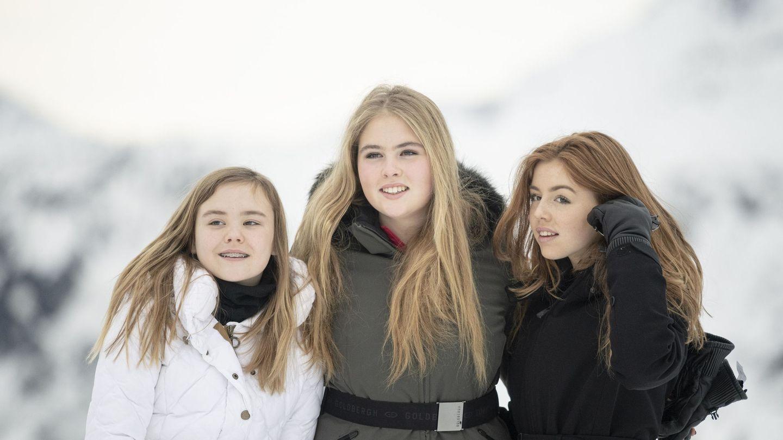 Amalia, Alexia y Ariane de Holanda, el pasado febrero en la estación de esquí de Lech. (EFE)