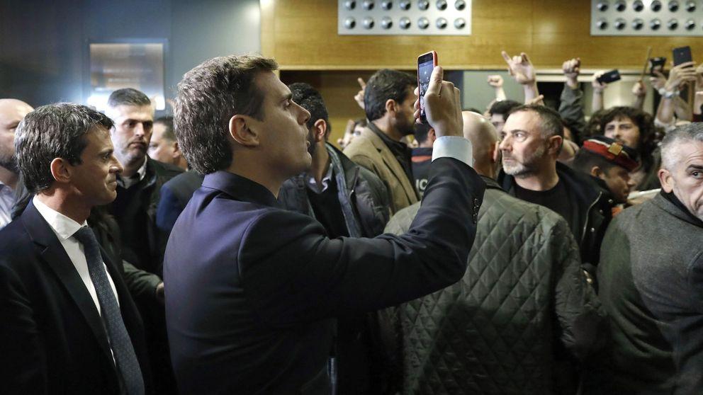 50 estudiantes intentan boicotear el acto de Valls, Rivera y Arrimadas en Barcelona
