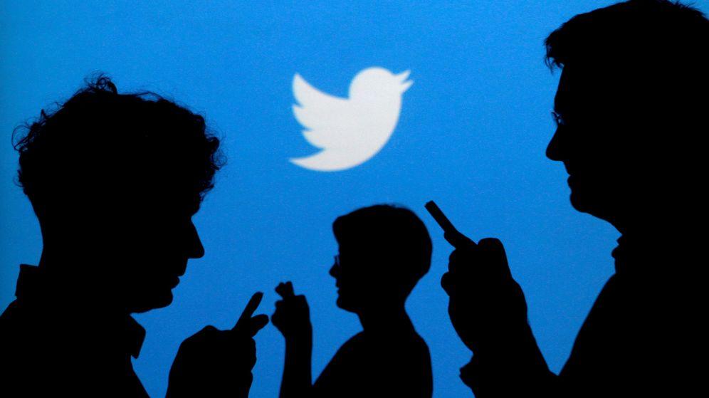 Foto: Varias personas consultan Twitter. (Reuters)