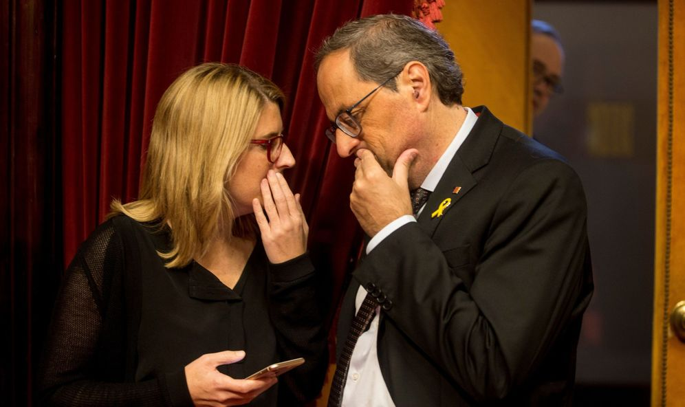 Foto: El presidente de la Generalitat, Quim Torra (d), habla con la 'consellera' de la Presidencia y portavoz del Govern, Elsa Artadi. (EFE)