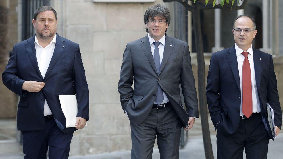 Foto: El presidente de la Generalitat, Carles Puigdemont (c), junto al vicepresidente del Govern, Oriol Junqueras (i), y el portavoz del Govern, Jordi Turull (d), a su llegada a la reunión semanal del Govern.
