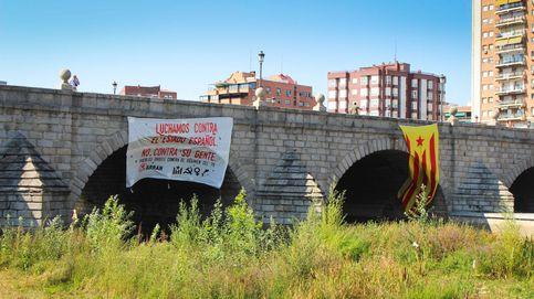 Arran despliega una estelada gigante en un puente de Madrid