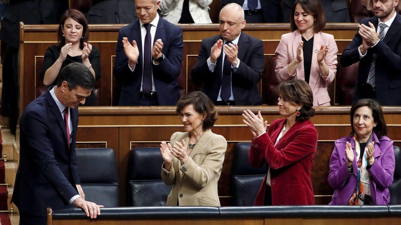 Pedro Sánchez es aplaudido por la vicepresidenta, Carmen Calvo, y las ministras Dolores Delgado y Margarita Robles, el pasado 7 de enero tras su intervención en el Congreso en la sesión de investidura. (EFE)
