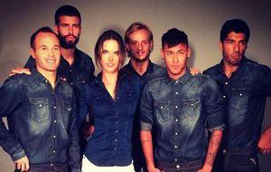 Alessandra Ambrosio y cinco jugadores del Barça posan juntos