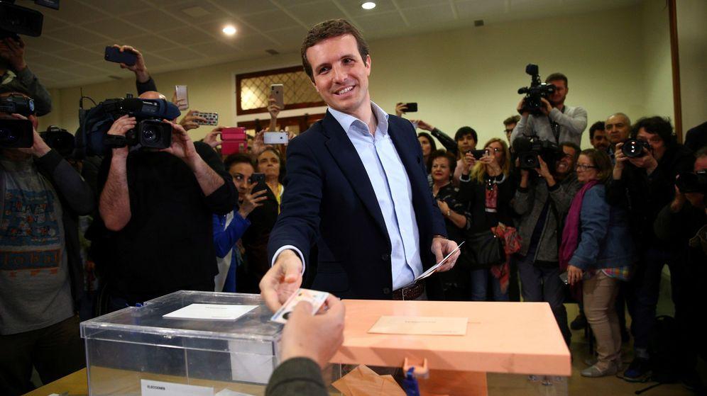 Foto: El candidato del PP a la presidencia del Gobierno, Pablo Casado, ejerce su derecho al voto. (EFE)