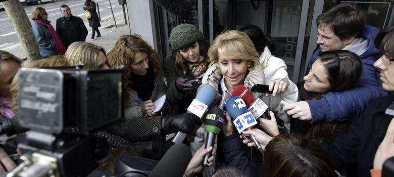 Foto: Esperanza Aguirre atiende a los medios a su salida de la sede del PP en Madrid. (EFE)