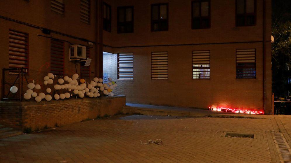 Foto: Altar eh homenaje al vecino asesinado en su domicilio en Vallecas (Efe)