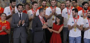 Post de Don Felipe y doña Letizia reciben a la selección española de baloncesto en La Zarzuela