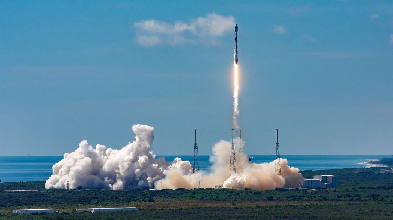 El cohete reutilizable Falcon 9 puso en el espacio el 20 de agosto 58 satélites de su proyecto Starlink para crear una red de internet de alta velocidad a nivel global. (EFE)