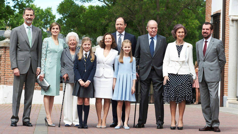 Felipe y Letizia, junto a Menchu y el resto de su familia en la comunión de la infanta Sofía en mayo de 2017. (Getty)