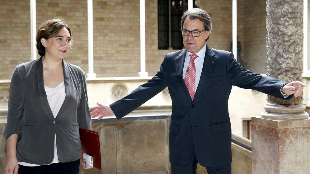 Foto: El presidente de la Generalitat, Artur Mas, y la alcaldesa de Barcelona, Ada Colau, durante una reunión. (Efe)