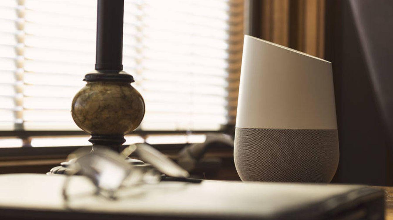 Cómo impedir que te espíen en casa a través del televisor, los altavoces o la 'webcam'