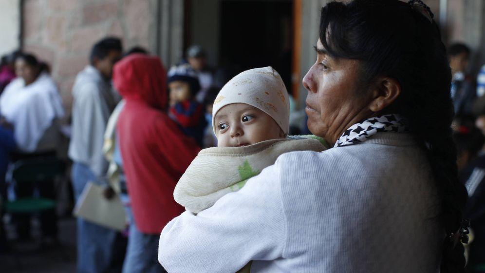 Foto: Un grupo de personas pide información en Ixmiquilpan (México) sobre los trámites para la ciudadanía estadounidense. (REUTERS/Tomas Bravo)