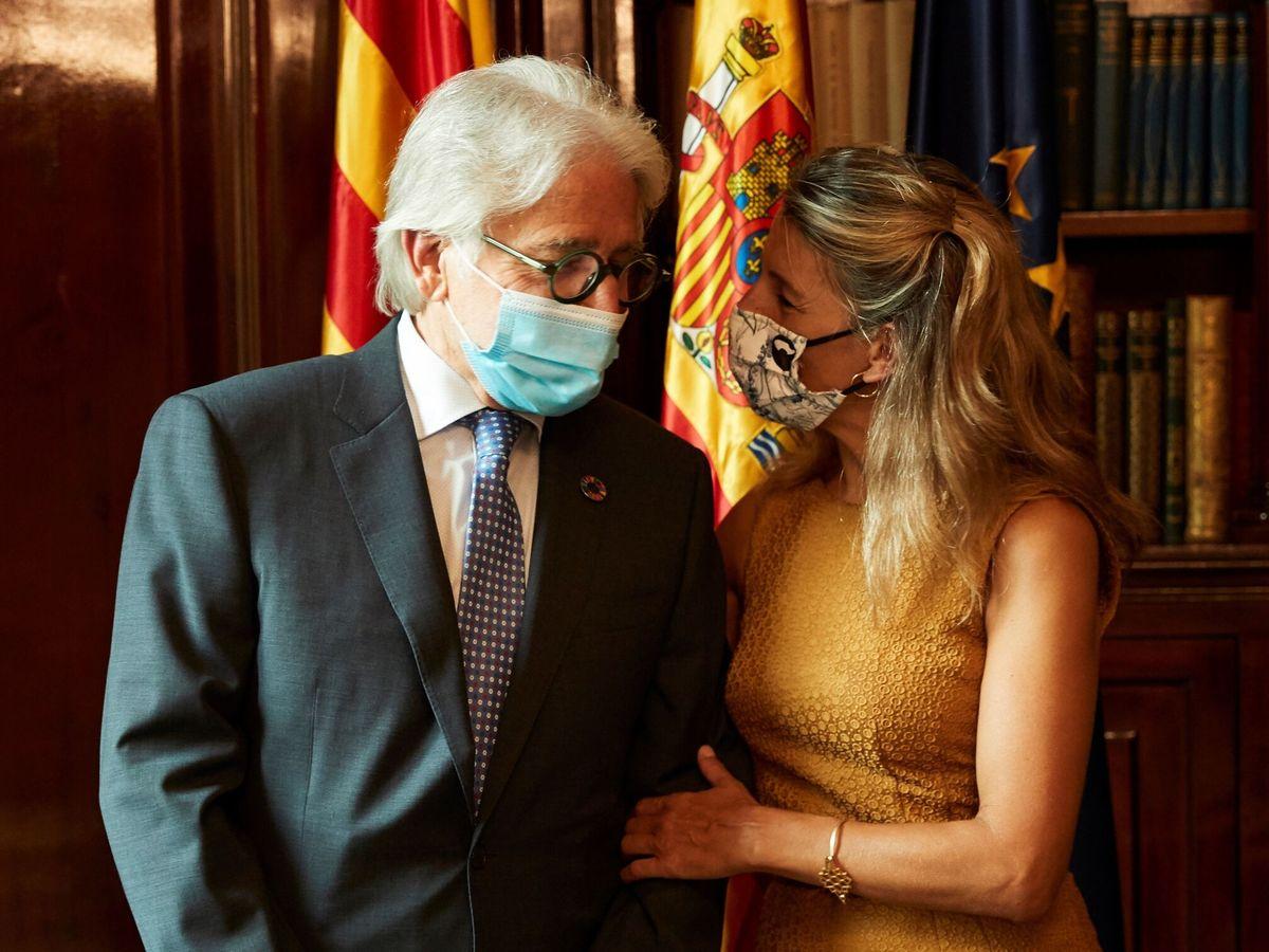 Foto: El presidente de Foment, Josep Sánchez Llibre, junto a la ministra de Trabajo, Yolanda Díaz. (EFE)
