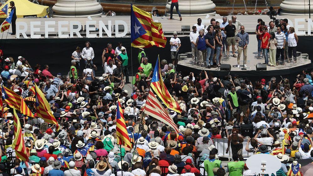 Foto: Guardiola pronuncia su discurso ante las miles de personas concentradas en Montjuic. (EFE)