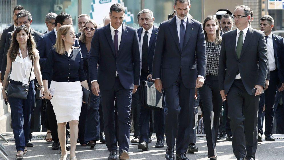 Foto: Felipe y Letizia, en el acto de homenaje en Barcelona. (EFE)