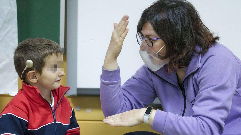 Foto: Una profesora imparte clase con una mascarilla no homologada en el Ponce de León. (Cedida)