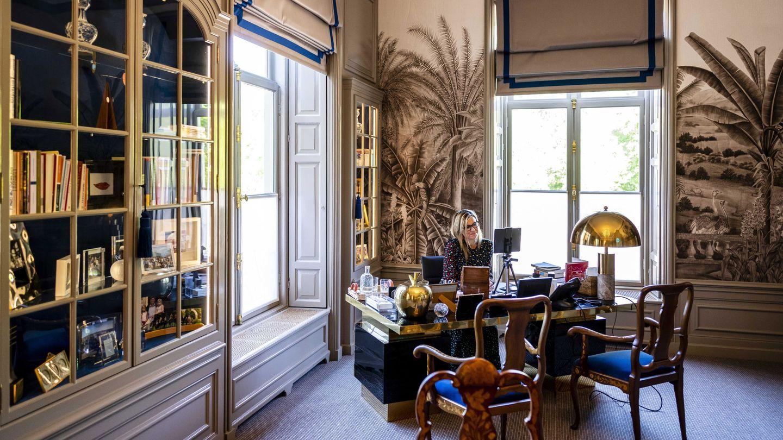La reina Máxima de Holanda, trabajando desde su despacho. (EFE)