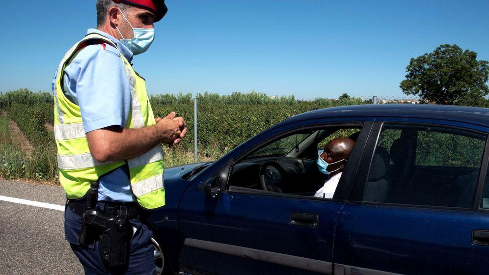 Foto: Un Mosso d'Esquadra realiza un control de carreteras en la comarca del Segrià. (EFE)