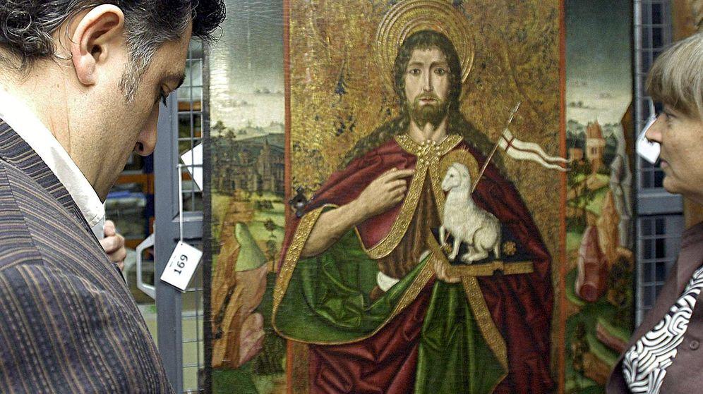 Foto: Joan Puigcercós, durante la visista que realizó al Museo Diocesano de Lleida para contemplar las piezas que reclamaban las parroquias de Barbastro-Monzón (EFE/Laurent Dominique)