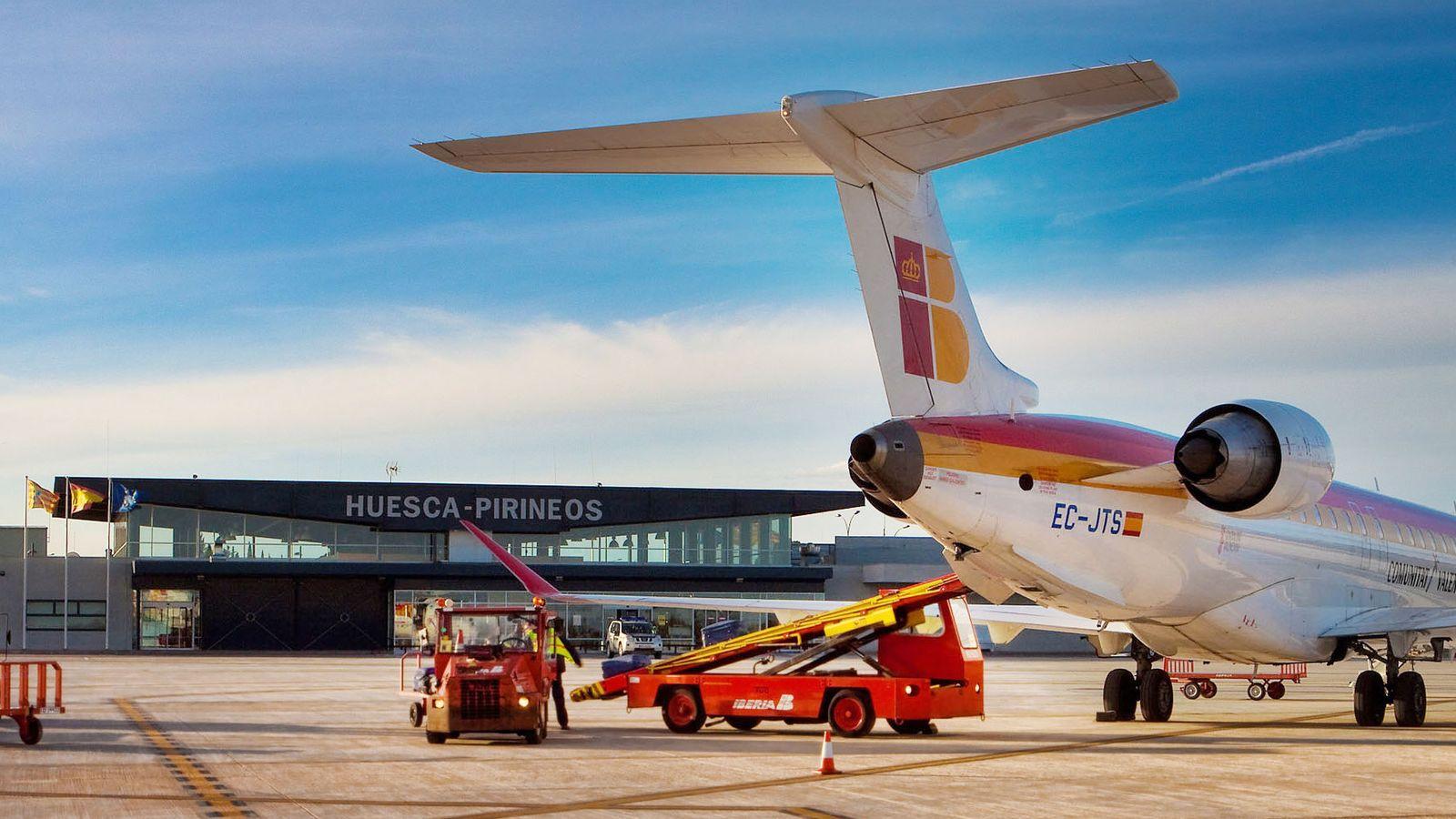 Foto: Imagen de una de las pistas del aeropuerto de Huesca. (EFE)