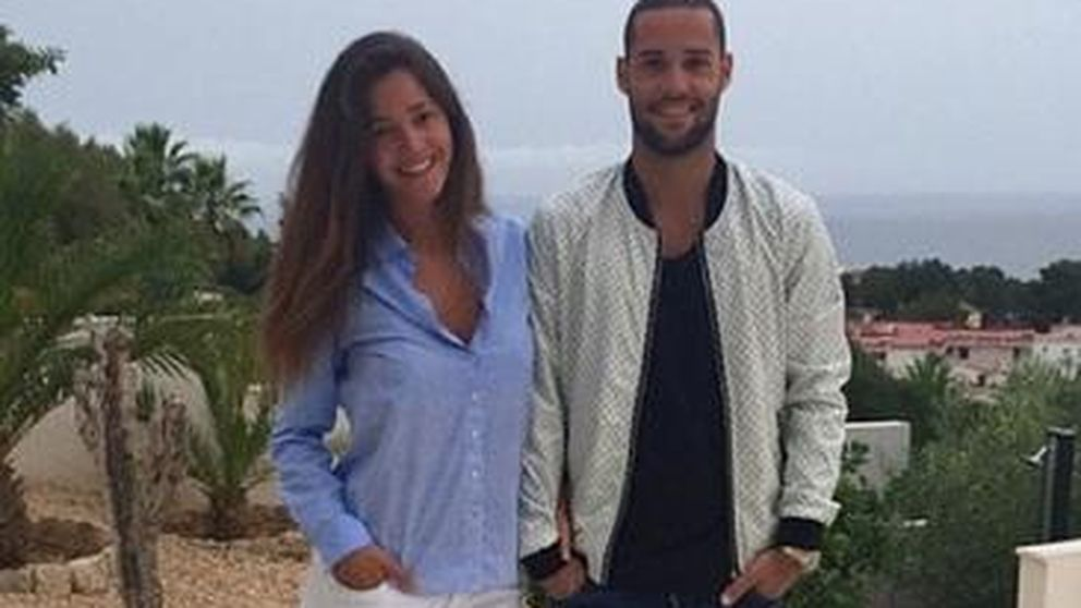 Twitter - Malena Costa y Mario Suárez estrenan vacaciones con un besazo