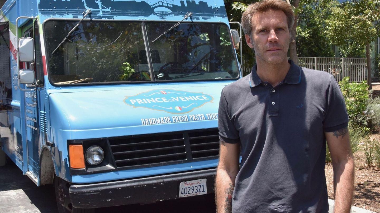 Emanuele Filiberto de Saboya, junto a su camión de comida en Los Ángeles. (EFE)