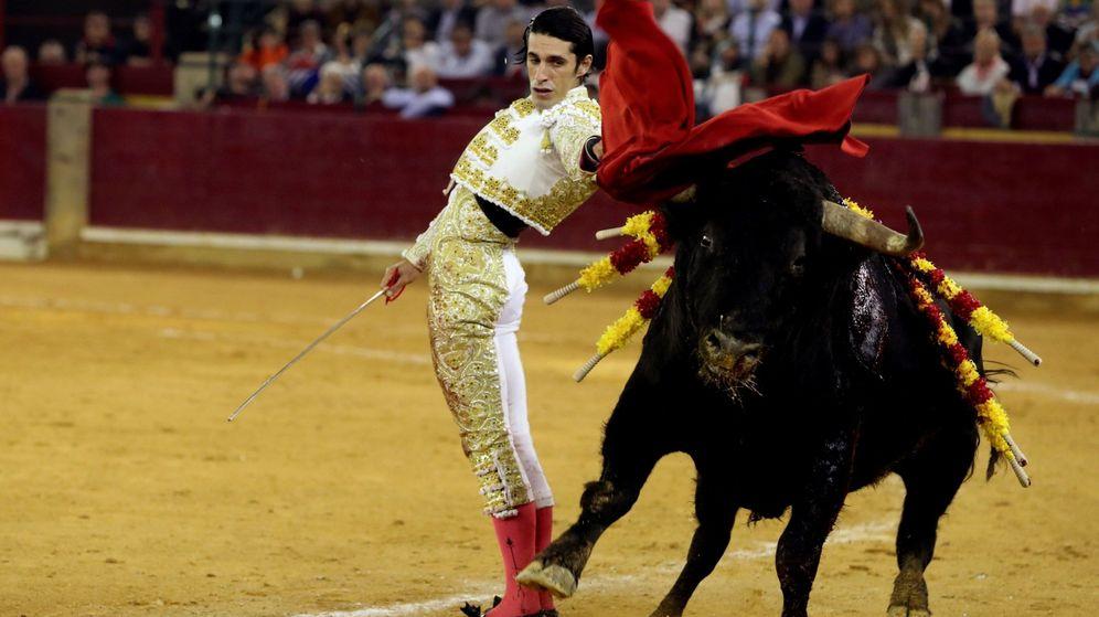 Foto: El diestro Alejandro Talavante da un pase con la muleta durante la última corrida de la Feria del Pilar. (EFE)