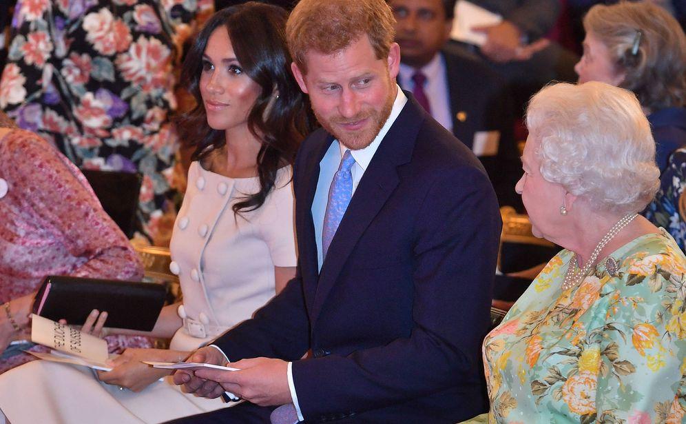 Foto: Meghan con su bolso, Harry y la reina Isabel II. (Gtres)