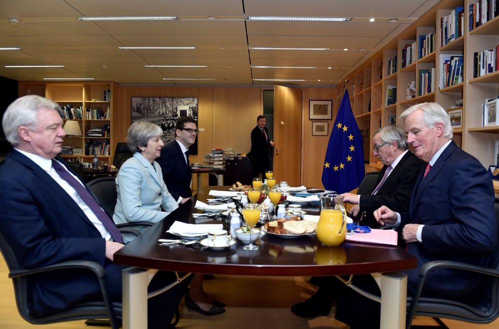Foto: El presidente de la Comisión Europea, Jean-Claude Juncke (2º dcha), y el negociador de la UE para el brexit, Michel Barnier (dcha), se reúnen con la primera ministra británica. (EFE)