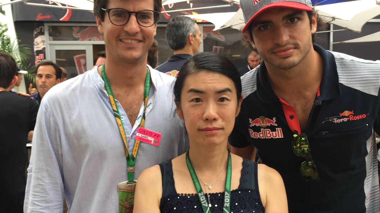 Noriko y Sainz junto a Carlos Oñoro, mánager del piloto.