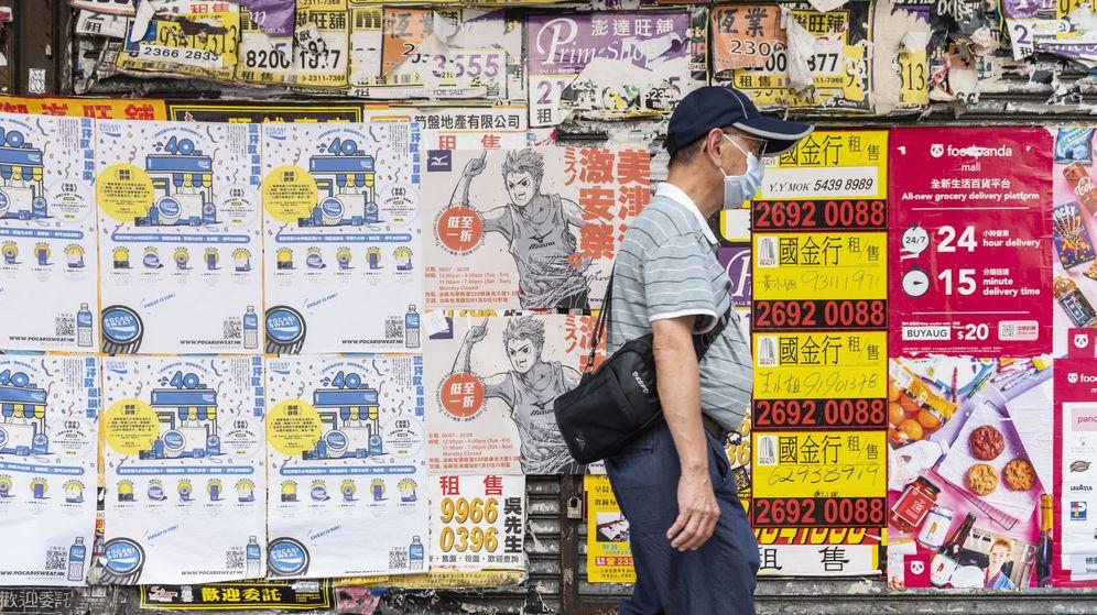 Foto: Un hombre camina por Hong Kong el pasado 22 de agosto. (EPA)