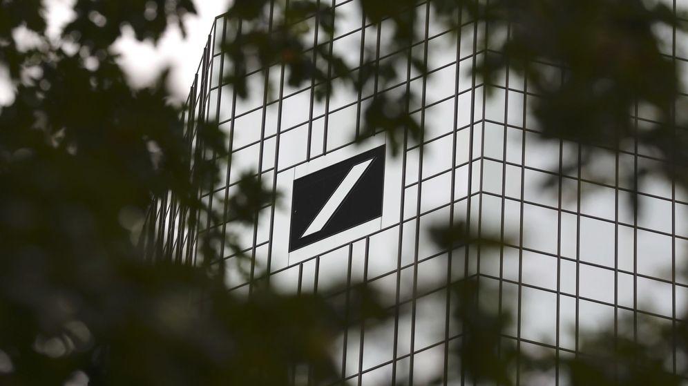 Foto: Ramas de un árbol frente a la sede central de Deutsche Bank en Fráncfort, Alemania. (Reuters)