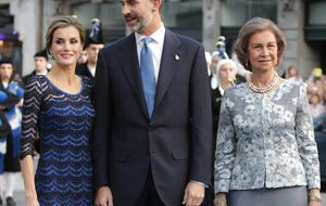 """El Teatro Campoamor recibe con un """"Viva el Rey"""" a quien durante 32 años fue su príncipe"""