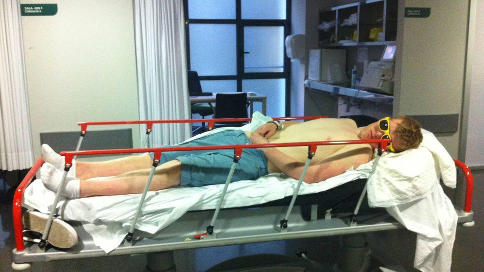 Foto: Un joven británico acostado en una camilla de Urgencias en el hospital de Son Espases, en Palma.