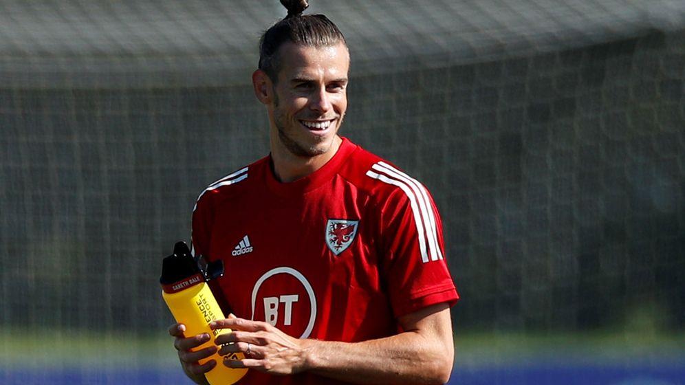 Foto: Gareth Bale sonríe durante el entrenamiento con la Selección de Gales. (EFE)