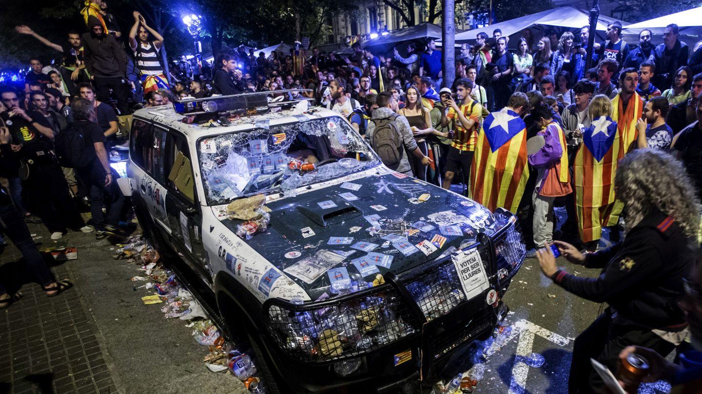Uno de los coches de la Guardia Civil cuando realizaban un registro con motivo del 1-O en la sede de la Consellería de Economía. (EFE)