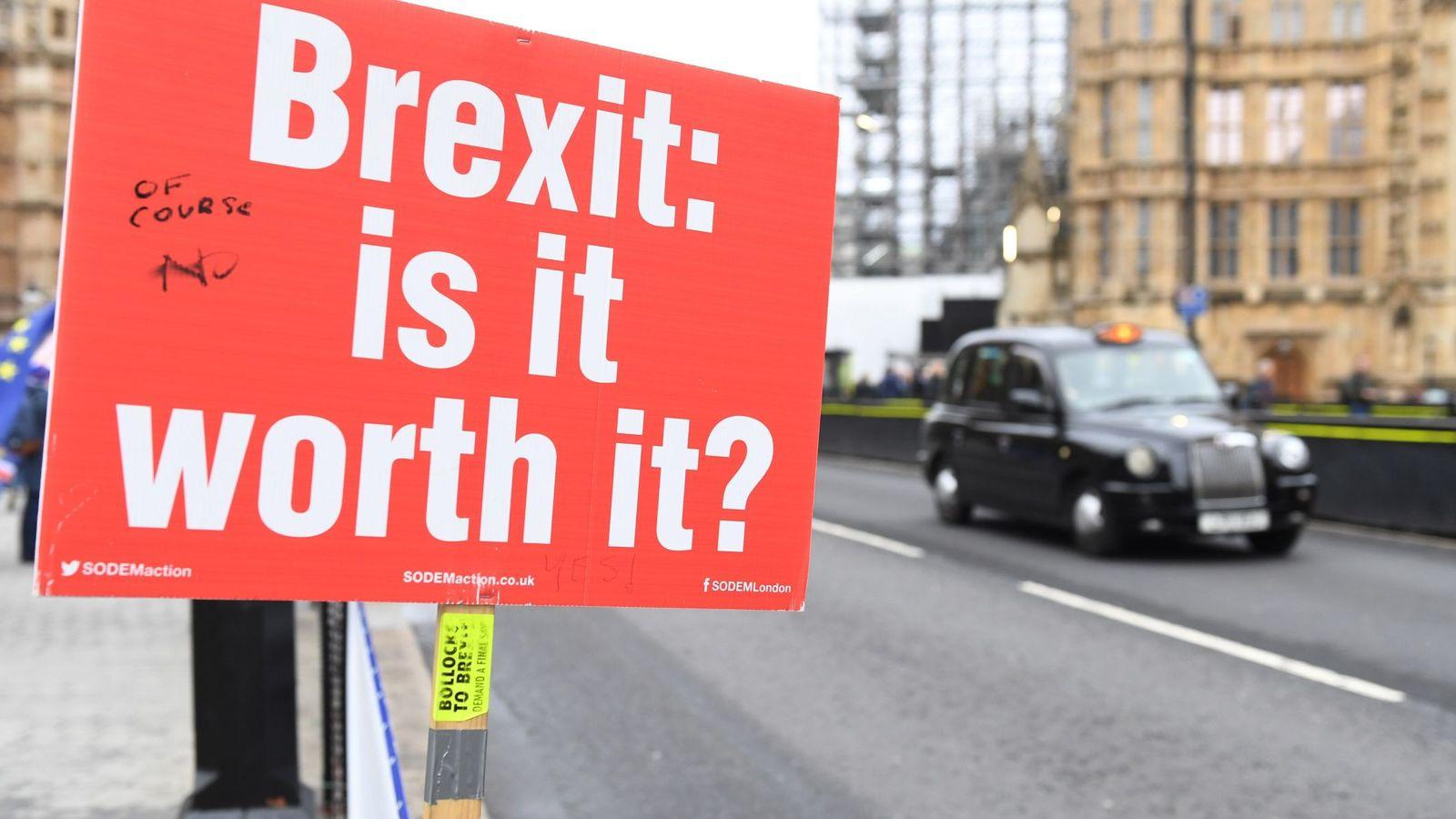 Foto: Un cartel en el que se lee 'Brexit: ¿merece la pena?', durante una manifestación en contra del Brexit junto al Parlamento británico este lunes. (EFE)