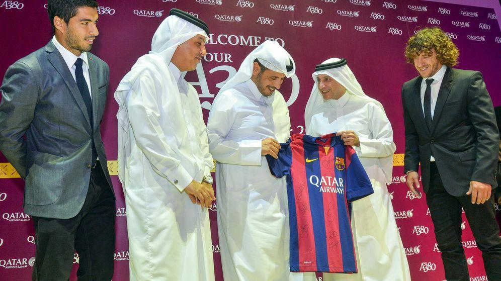 Foto: Luis Suárez, con representantes de Qatar Airways. (EFE)