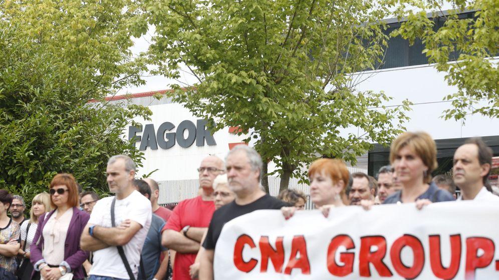 Foto: Trabajadores de Edesa Industrial protestan a las puertas de la planta de Mondragón por los planes de la empresa de despedir a 220 trabajadores. (EFE)