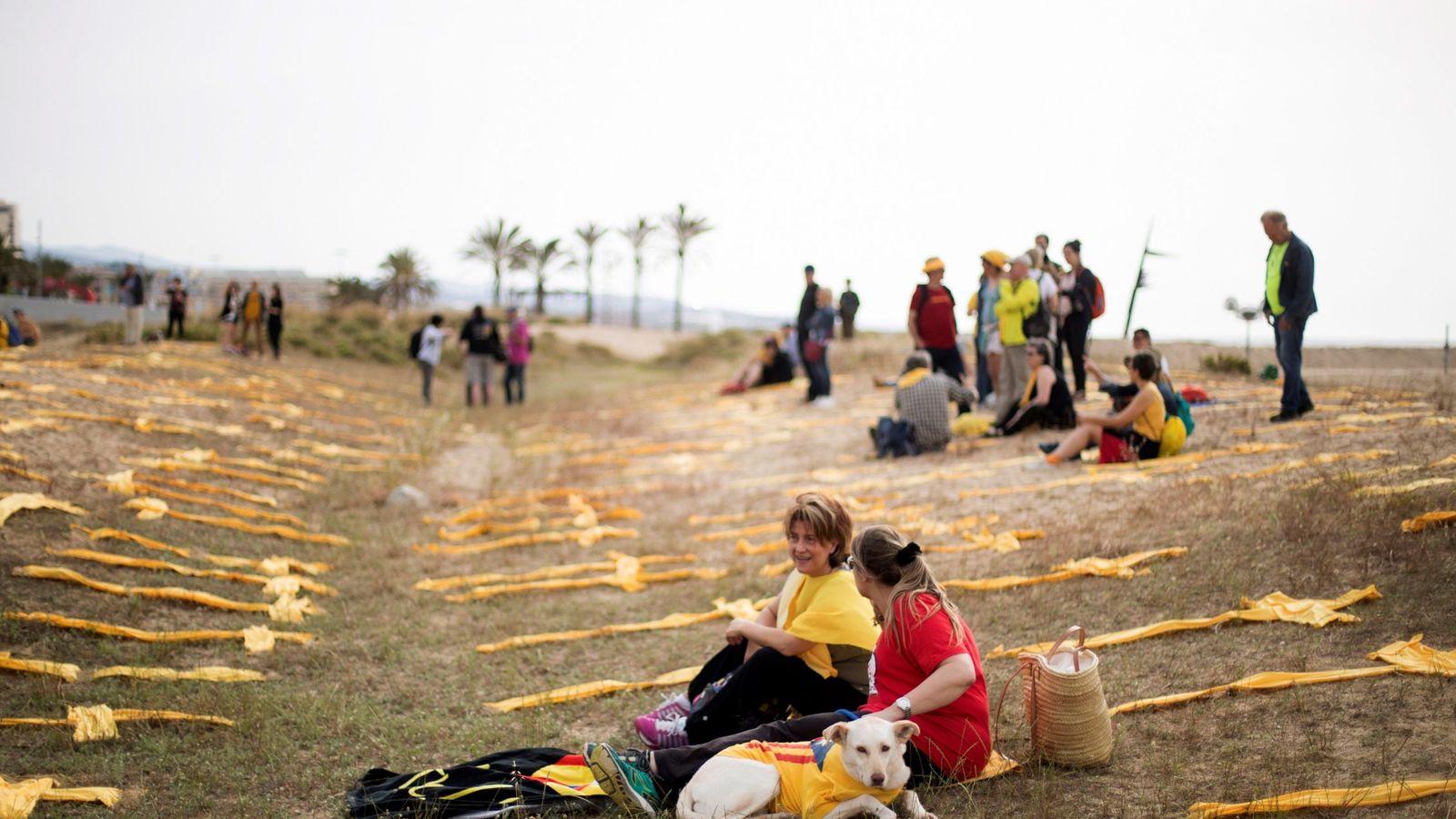 Foto: Cruces amarillas en la playa de Mataró (Barcelona). (EFE)
