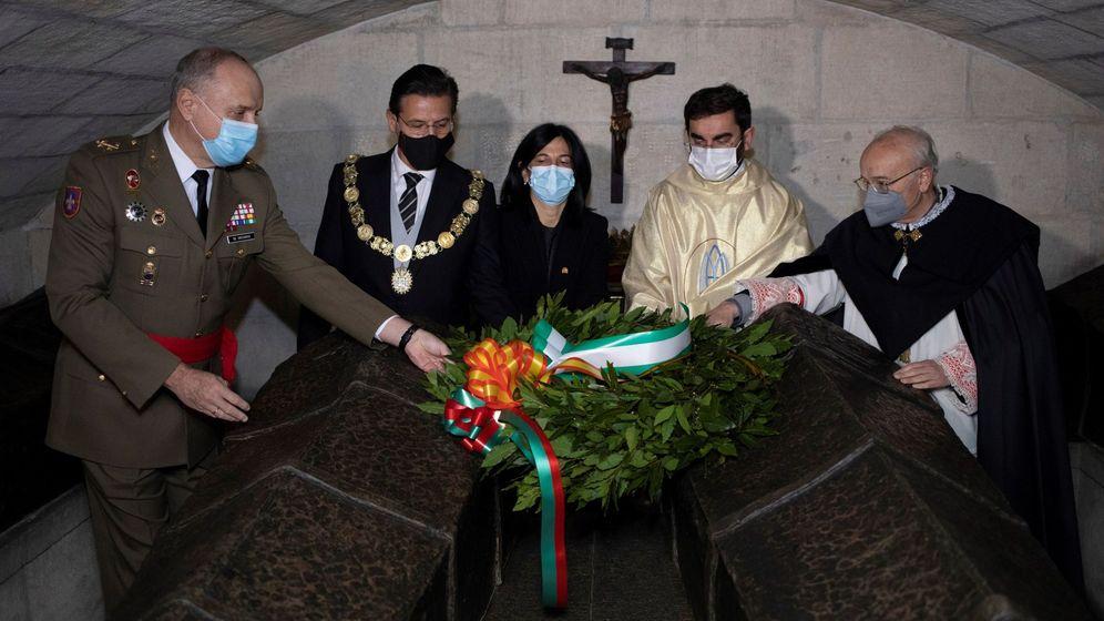 Foto: El alcalde de Granada, la subdelegada del Gobierno en Granada y el teniente general realizan una ofrenda floral ante los sepulcros de los Reyes Católicos. (EFE)