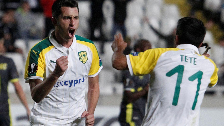 Jorge Larena, a la izquierda, celebra un gol con AEK Larnaca en octubre de 2018 en un partido de Europa League. (Reuters)