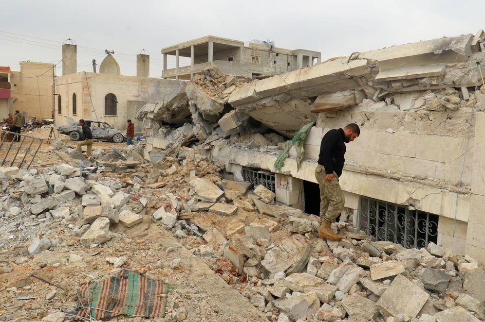 Foto: Milicianos inspeccionan los daños en una mezquita de al-Jina, en la provincia de Alepo, tras un bombardeo de la coalición, el 17 de marzo de 2017. (Reuters)