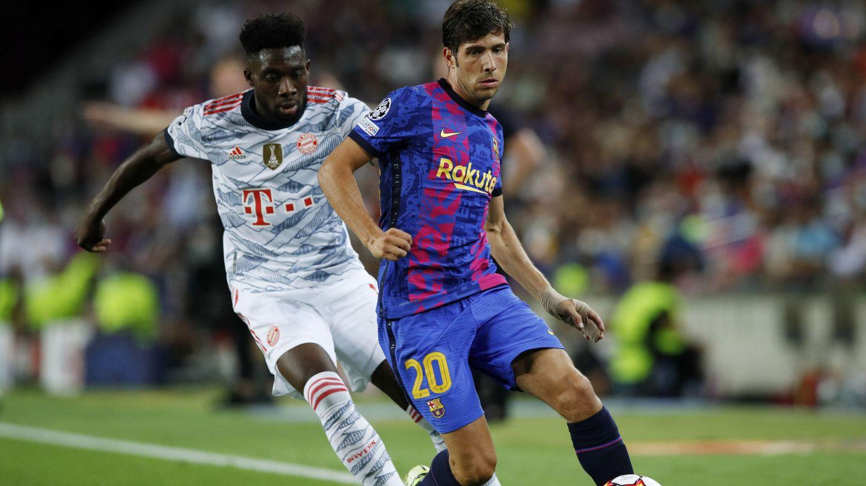 Sergi Roberto trata de proteger la pelota. (Reuters)