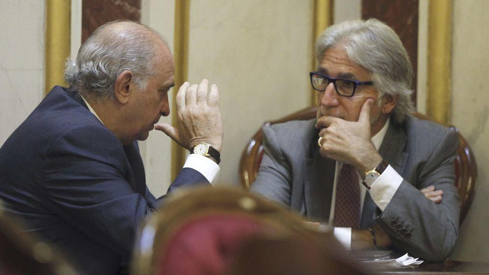 Foto: El ministro del Interior, Jorge Fernández Díaz (i), conversa con el diputado de CiU Josep Sánchez Llibre. (EFE)