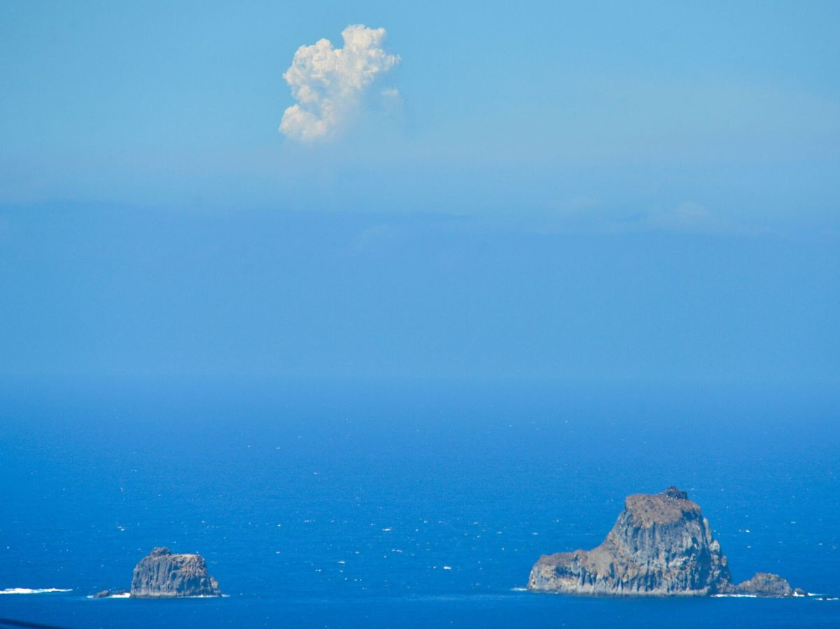 Foto: La columna de humo del Cumbre Vieja vista desde El Hierro (EFE)