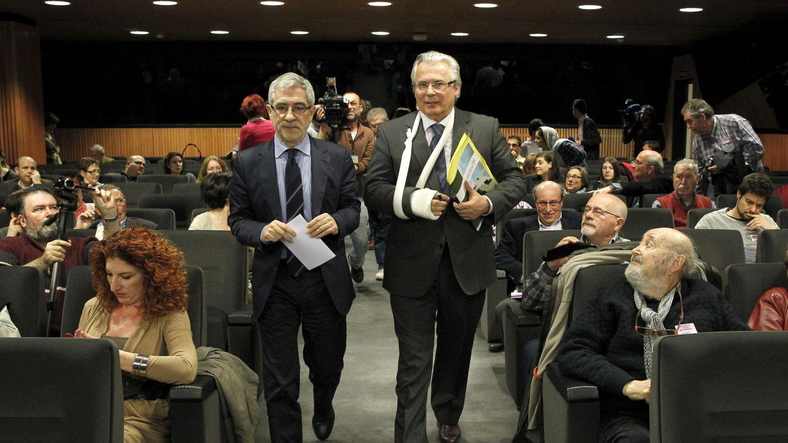 Foto: Baltasar Garzón (d) y Gaspar Llamazares en un seminario organizado por el grupo parlamentario de la Izquierda Plural en marzo de 2014. (EFE)