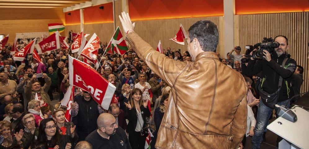 Foto: Pedro Sánchez saluda a los militantes y simpatizantes a su llegada al acto en Aldeanueva de Ebro, este 26 de febrero. (EFE)