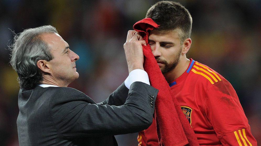 Foto: Gerard Piqué es tratado por Óscar Celada, médico de la Selección, en el España-Suiza del Mundial 2010. (EFE)
